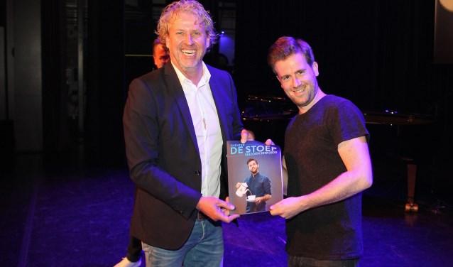 Cabaretier Martijn Kardol gaf zichzelf bij de presentatie van het nieuwe theaterprogramma weg aan wethouder Leon Soeterboek.