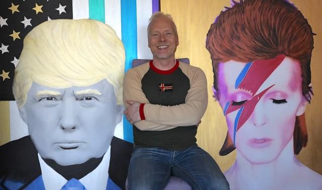 Kunstenaar Hayo Sol tussen twee van zijn kunstwerken in: icoon van het kwaad (Donald Trump) en icoon van de pop (David Bowie). Van 17 tot en met 26 mei exposeert hij bij kunstgalerie Très Art. FOTO: HAYO SOL