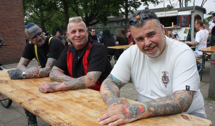 """Andy Bonzai (rechts): """"Tegenwoordig kijkt niemand meer van een tatoeage op."""" (Foto: Rob Weekers)."""