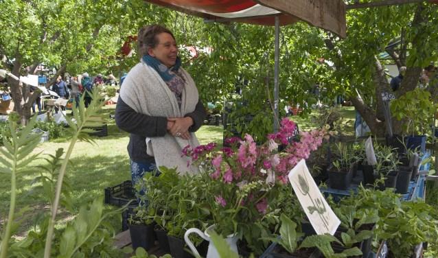 Jolande Zijlemaker van het bedrijf Pluk Geluk uit Gouda staat met bijzondere planten op de Lentemarkt in Lent. (foto: Ellen Koelewijn)