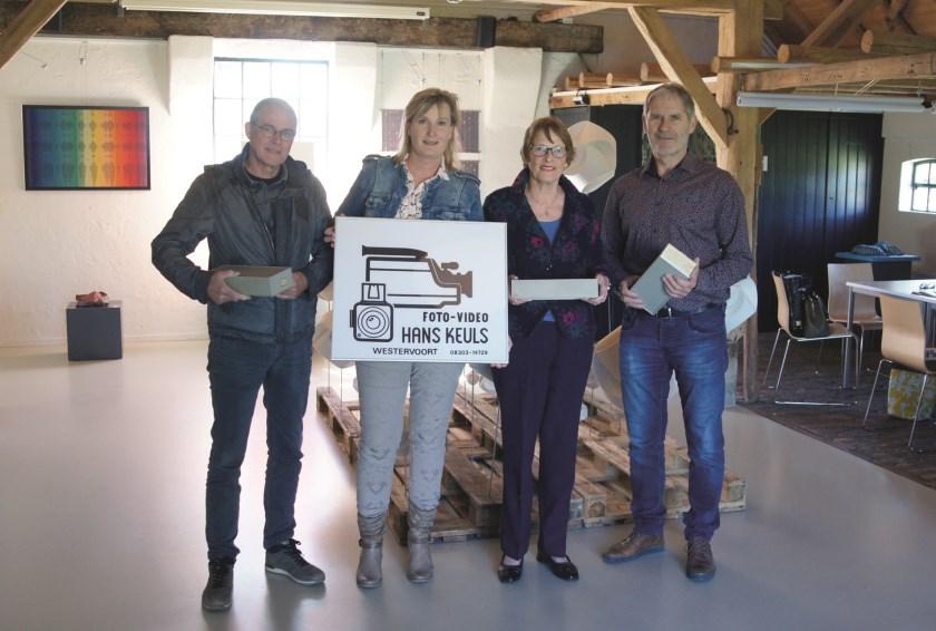 Denise (links met bord) en Hennie Keuls geflankeerd door Fred van Essen (rechts) en Joop Schuilenburg van de Historische Kring Westervoort.