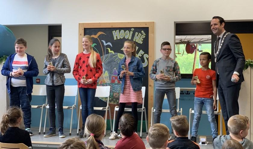 Op de foto staan 6 van de 7 cum laude geslaagde leerlingen. Anis Aheddouch van De Brug kon er niet bij zijn.