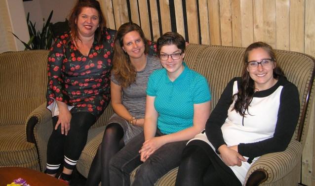 V.l.n.r. Ilona Ordelman, Laura Koekkoek, Maaike van Duren en Daphne Klip zorgen voor het reilen en zeilen in het ontmoetingscentrum.