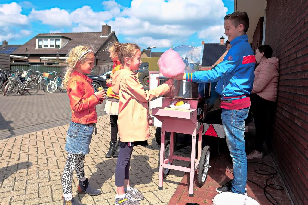 Emma van 8 uit Veenendaal komt niet voor niets hier krijgt ze een extra grote suikerspin van een aardige jongeman.  © Persgroep
