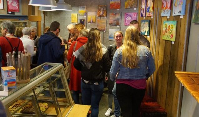 Expositie bij Bakkerij van Leeuwen van schilderijen gemaakt door gasten van het Inloophuis 'Leven met kanker' ter gelegenheid van het 12,5 jarig bestaan in april 2018. FOTO: Winny van Rij