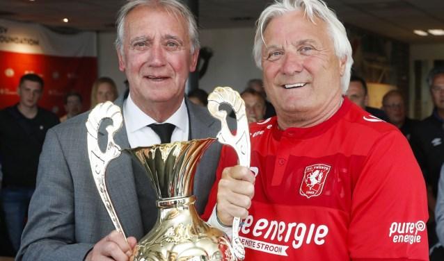 Willy van der Kuylen, clubicoon van PSV, overhandigt de cup aan Jan Prophitius van FC Twente.