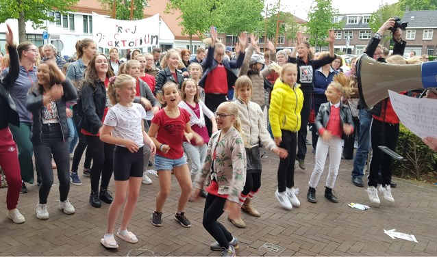 Voor het gemeentehuis stonden zo'n 150 mensen te musiceren, te zingen en te dansen.