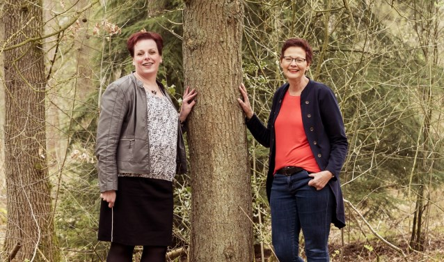 Miranda Elferink en Annet Boin organiseren wandelingen voor alleenstaanden. De eerste wandeling is komende zondag.