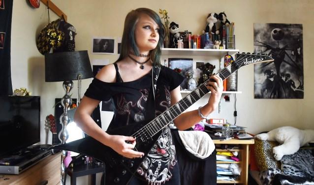 """Presilla van Foeken: """"Het liefst speel ik op een elektrische gitaar."""" (foto: Roel Kleinpenning)"""