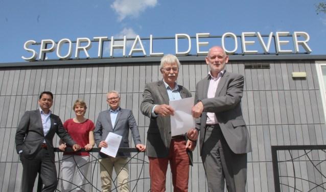 'Henk en Henk' van KNIJ zijn - met de andere ondertekenaars - blij met de intentieovereenkomst. (Foto: Lysette Verwegen)