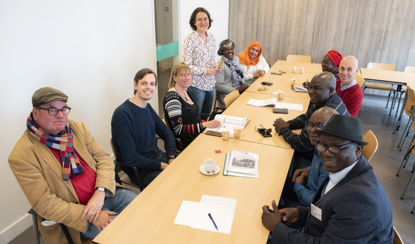 Kati Piri (staand) in gesprek met vertegenwoordigers van verschillende Haagse organisaties (foto: Michel Groen).