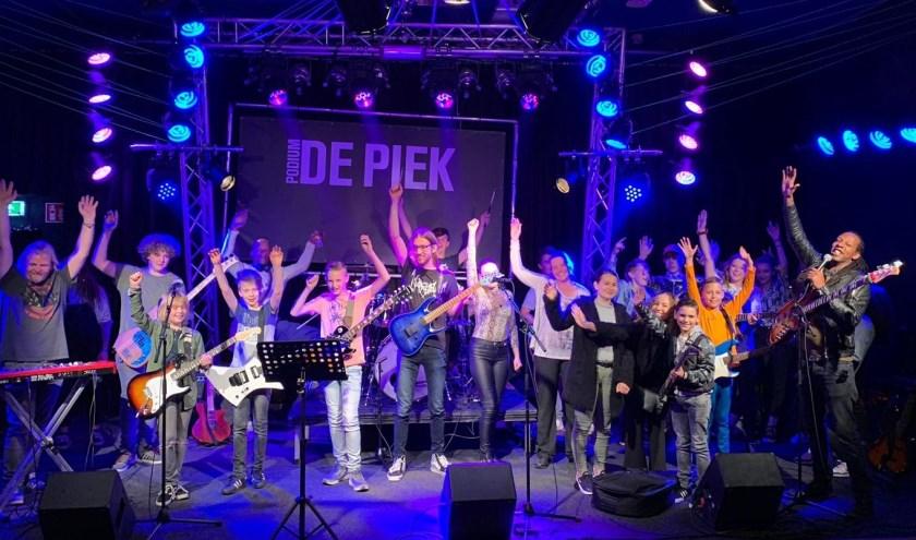 Muzikanten in De Piek ontvangen met gejuich de spullen van BLØF. FOTO: ERIK VAN DER MEER