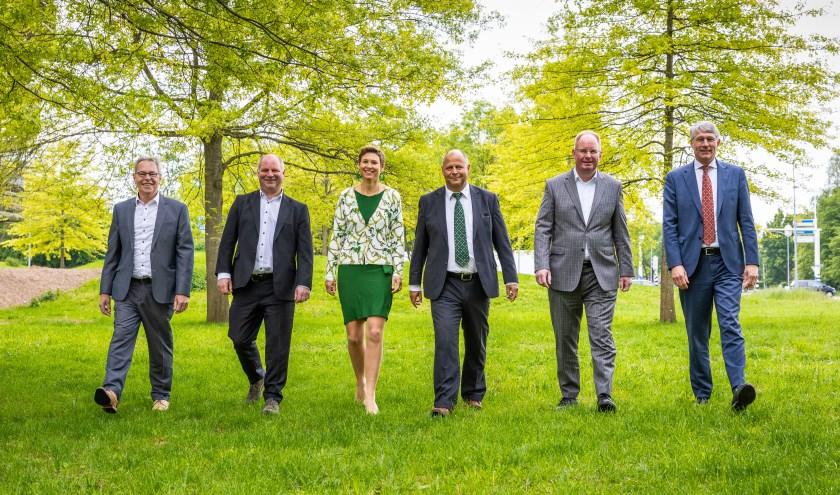 Het college van dijkgraaf en heemraden van Waterschap Rijn en IJssel: v.l.n.r. Berend Jan Bussink, Peter Schrijver, Antoinet van Helvoirt, Frank Wissink, Cor Roos (secretaris-directeur) en Hein Pieper (dijkgraaf).