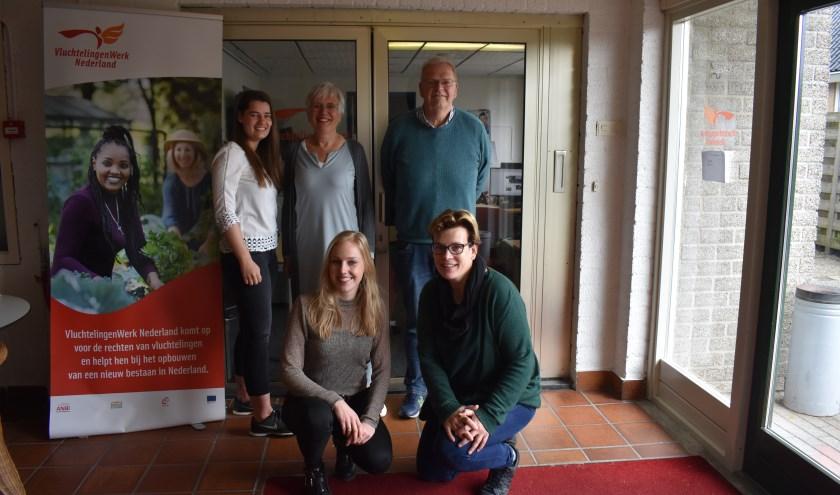 Achter:Thirsa Eilander, Gerrie Bruins, Henk Valk.Voor: Kelly Boorsma (links) en Maaike Tijink. Er zijn meer vrijwilligers actief. Foto:Jolien van Gaalen.