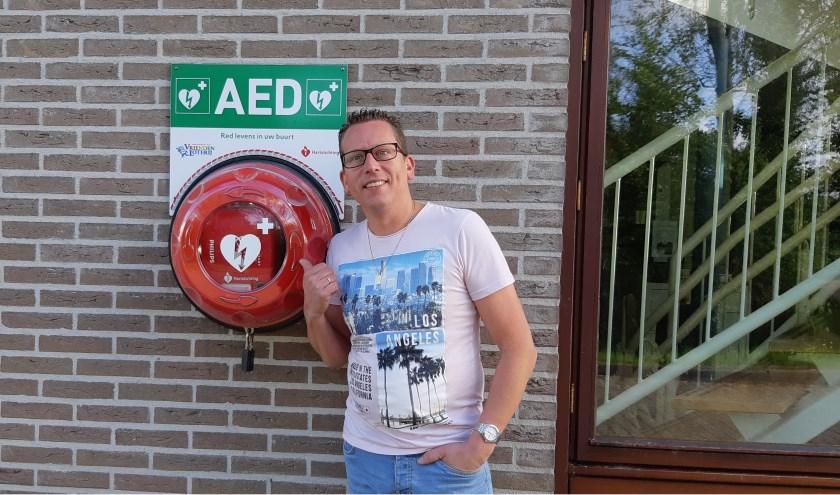 William van der Werf bij de AED in de Fysant aan de Mierenweg in Zierikzee. Hij wil ook een altijd beschikbare AED in Poortambacht.