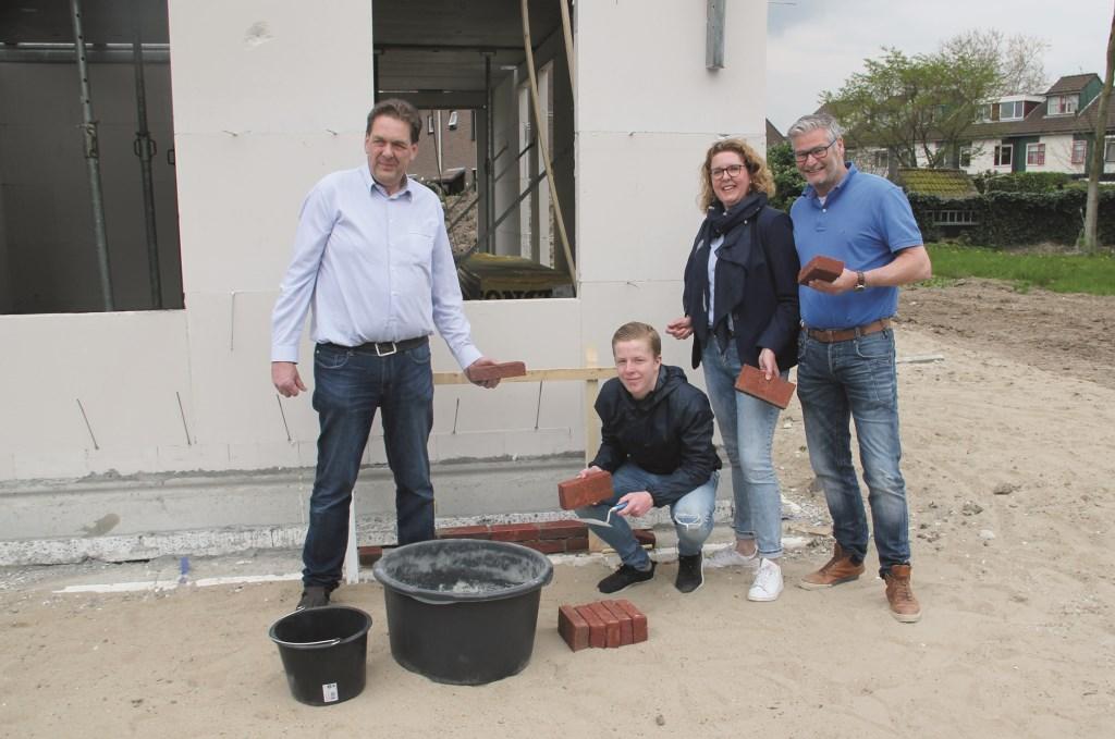 Marcel Helmink, Lars Bouhof, Claudia Renders en Pim van de Wouw (vlnr) worden de eerste bewoners van Welleveld. Ze metselden symbolisch de eerste steen.