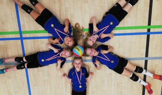 De volleybalmeiden gingen op de vloer liggen voor een originele teamfoto.
