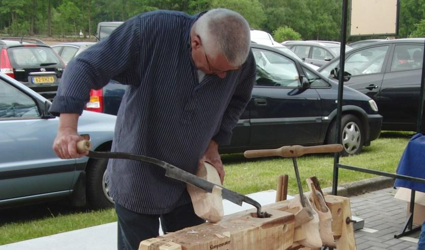 De klompenmaker aan het werk op de vorige Houtdag (2016) bij gebouw Wilhelmina in Kotten.
