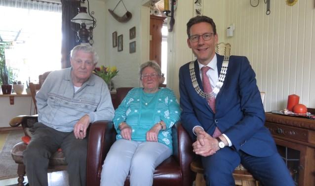 Burgemeester Poppens feliciteert het echtpaar Jansen-Thuis. FOTO: John Beringen