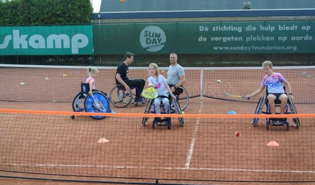 Samen met Maikel Scheffers konden deelnemers ervaren hoe leuk tennis is.