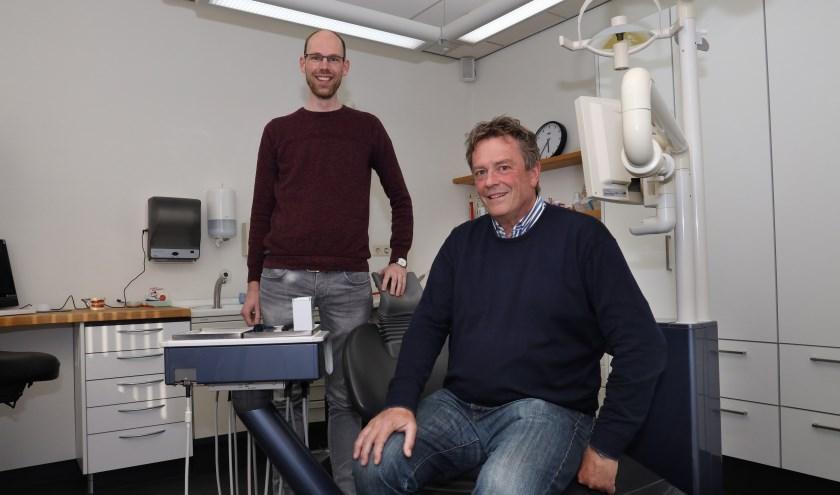 De tandartsen Hans Welink (rechts) en Tom Gunnink in de praktijk aan de Stationsstraat in Mill. (foto: Marco van den Broek)
