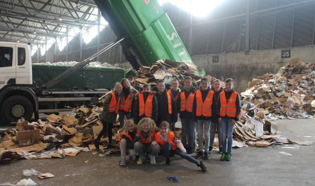 Groep 7 bij een van de vuilniswagens