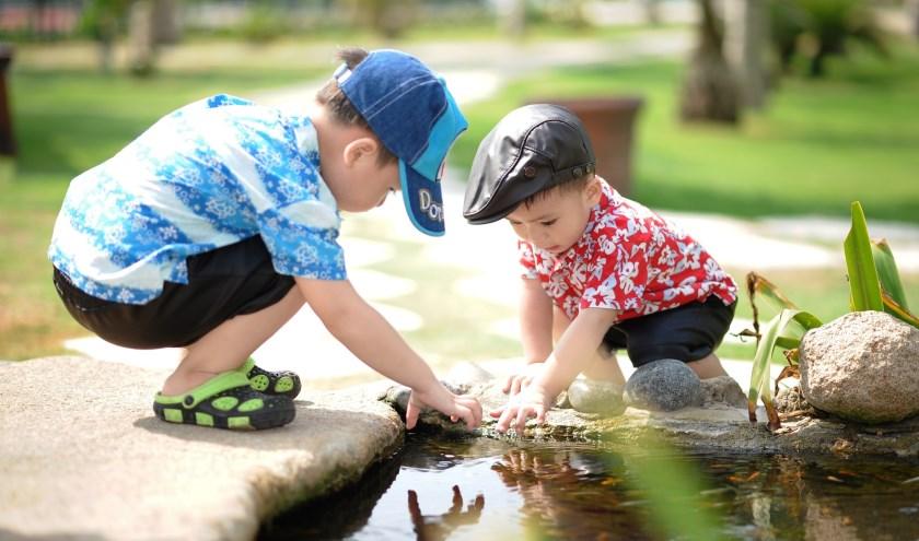 2 met water spelende kinderen. FOTO: Pixabay.