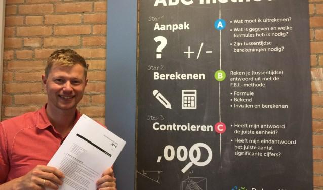 Mark van de Wetering geeft examenkandidaten die een her moeten doen tips (foto: Nanda van Heteren)