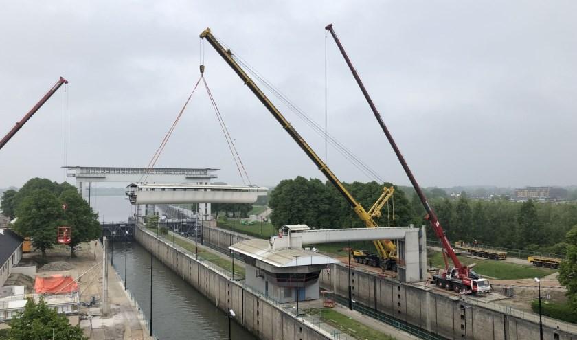 Op zondag 19 mei hees aannemerscombinatie Sas van Vreeswijk de loopbrug van zijn plek. Foto: Sas van Vreeswijk
