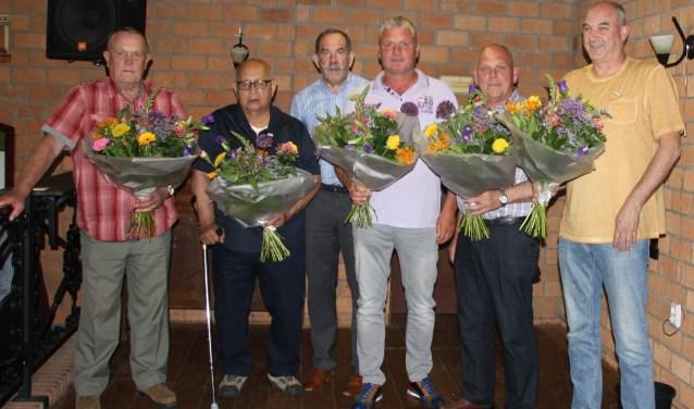 V.l.n.r.: Cees Verhoef en Frans Laurijssen 40 jaar, Sjaak van Bennekom die de spelden uitreikte, Sjaak Helsloot en Cees van Zwienen 25 jaar en Coen Veldhuizen 40 jaar. Niet aanwezig was Martin Broers 25 jaar.