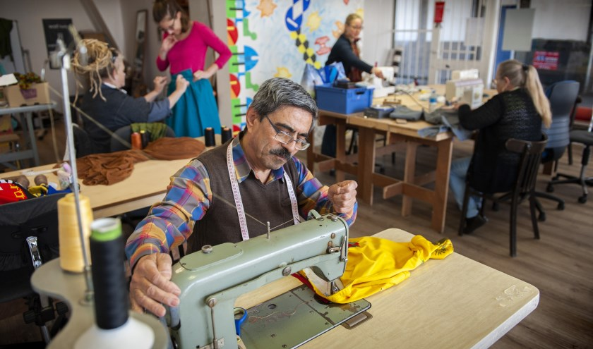 In Syrië was Hassan kleermaker, dus hier wil hij die draad weer oppakken. Bij de NaaiMeetup van Copernikkel vond Hassan een atelier waar hij weer achter de naaimachine kan plaatsnemen. Foto: Olaf Smit