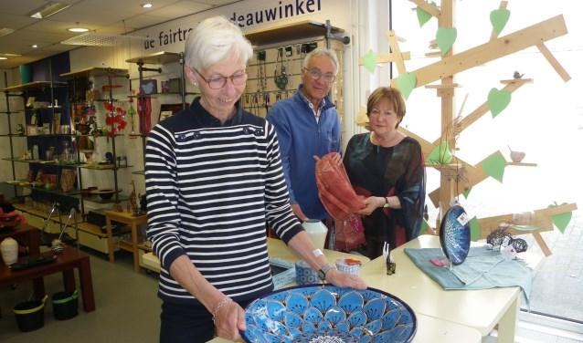 Henny de Laat, Herman Pinkse en Nathalie Meijs (vlnr) in de Wereldwinkel Boskoop, die binnenkort gaat sluiten.