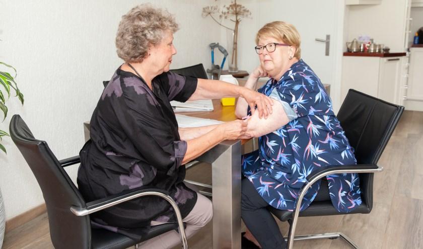 Een patiënte krijgt het medicijn gewoon thuis aan de eigen eettafel toegediend. (Foto: Frederike Slieker)
