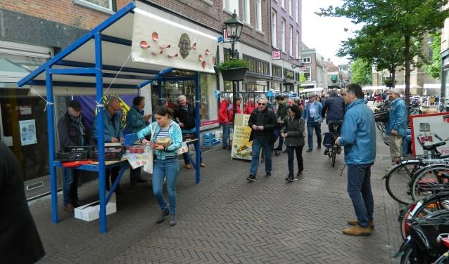 verkoop aardbeien en asperges door Lions Clubs Delft en Venray