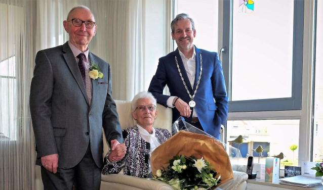 Het diamanten bruidspaar De Jong uit Elst kreeg bezoek van Rhenens burgemeester Hans van der Pas. (Foto: Max Timons)