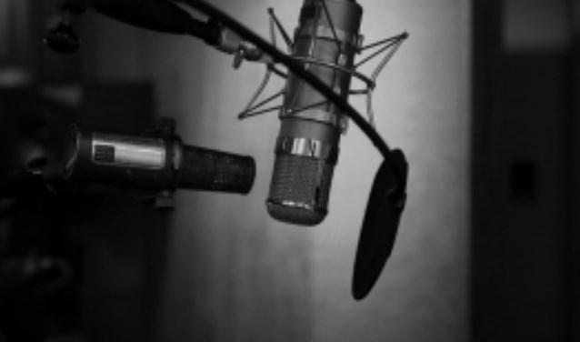 Bij stichting Dedicon kun je vrijwillig aan de slag in verschillende functies zoals audiotechnicus of voorlezer. Foto: Jonathan Velasques