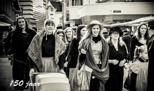 Ga terug in de tijd met Reuring in de Stad! Overal zie je groepen die in prachtige kostuums door de stad lopen.