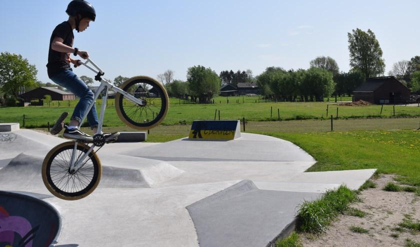Wouter Beek truct met zijn BMX op de skatepark in Ederveen (Foto: Rick Praamstra).