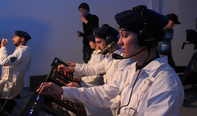Babette speelt in de film één van de officieren die contact houdt met de astronauten tijdens hun missie.