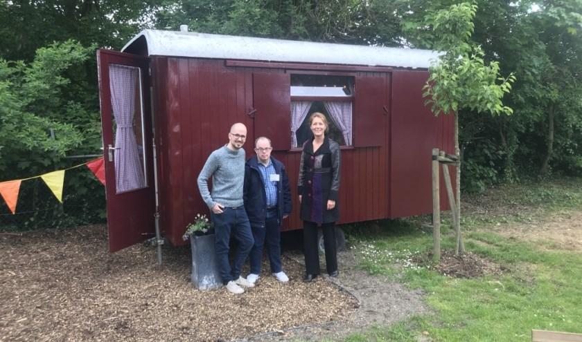 Initiatiefnemer Jeroen Lobregt, 'schilder' Antoine Pasnagel en wethouder Anita Sørensen voor de Social Hub in Ammerzoden.