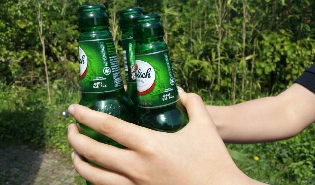 Een kinderhand is door alcohol zo gevuld.