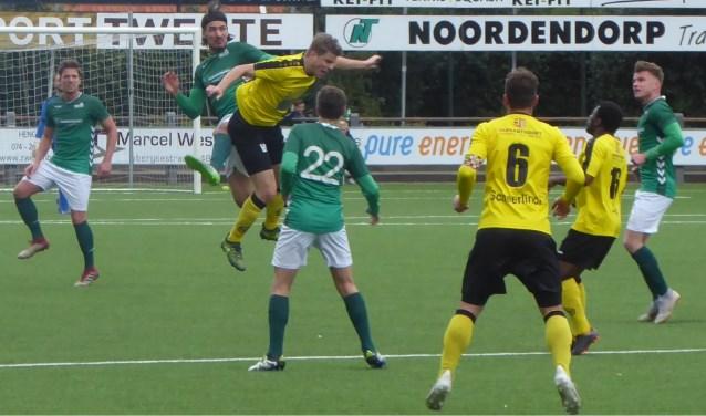 Een hardwerkend HSC'21 hield na de 1-0 stand tegen angstgegner UNA en heeft nu goede papieren om ook volgend seizoen in de Derde Divisie te spelen.