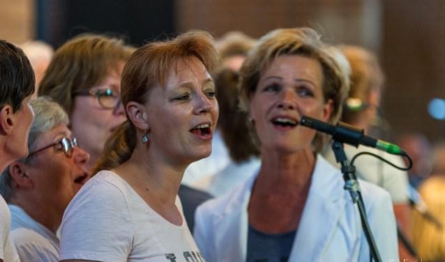 De Future Females laten zich 's avonds in de Cunerakerk begeleiden door het orkest van OBK. (Foto: Rob Essink)