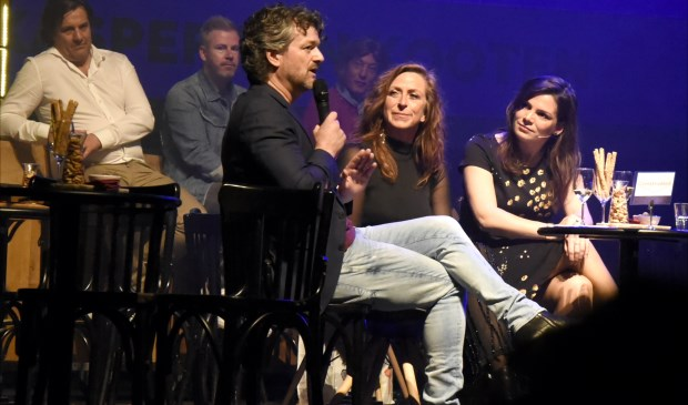 Kasper van Kooten in gesprek met directeur Tineke Maas en programmeur Nicky van Rossum (r) van de Goudse Schouwburg. Foto: Marianka Peters