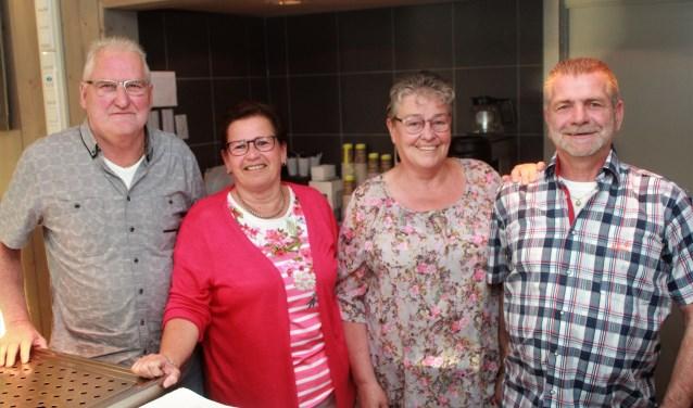 Toon van der Lee, Gerdien van Overdijk, Paula van der Lee en Thijs van Overdijk. Samen 108 jaar actief in de Nieuwkuijk-kantine. Vrijdag neemt de club op grootse wijze afscheid. Foto: Wout Pluijmert