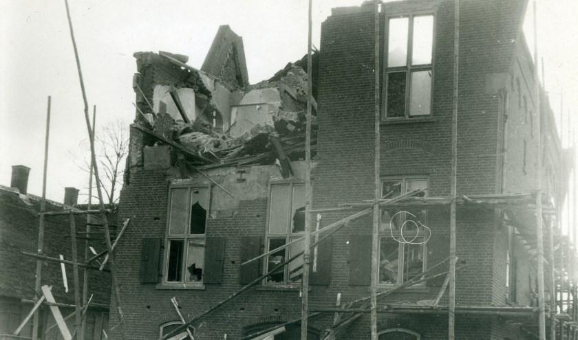 De noordzijde van het gemeentehuis na de noordwesterstorm op 1 maart 1949. De schade door de storm was toen groter dan de schade door de bevrijding. Foto: Collectie Nico de Bont