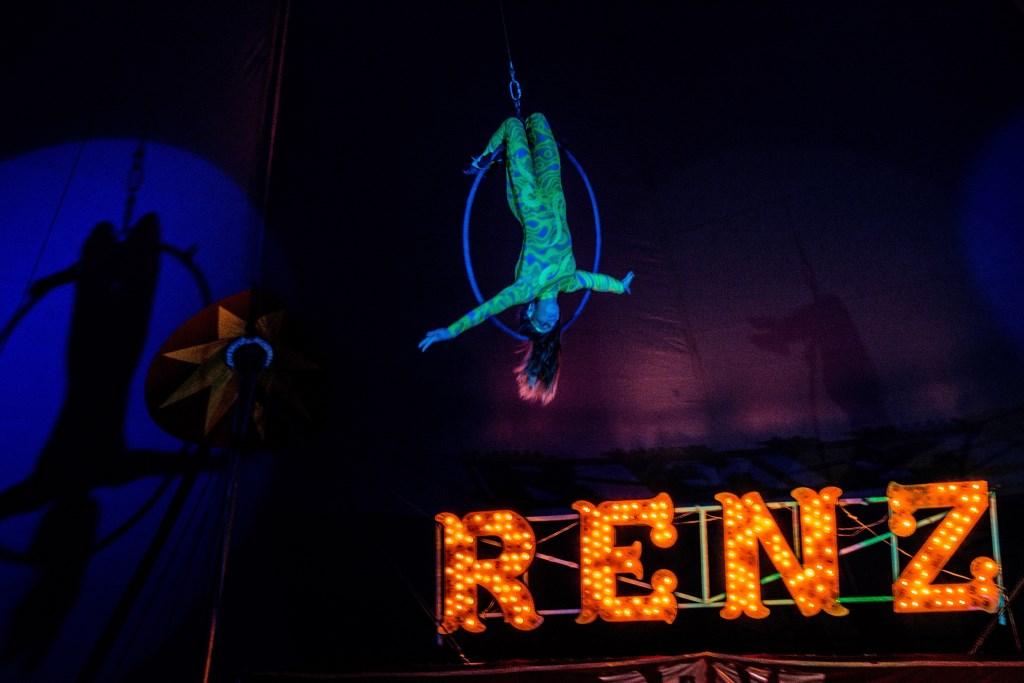 Madeleine Renz hoog in de nok in de ringtrapeze Foto: persdienst Circus RENZ Berlin © Persgroep