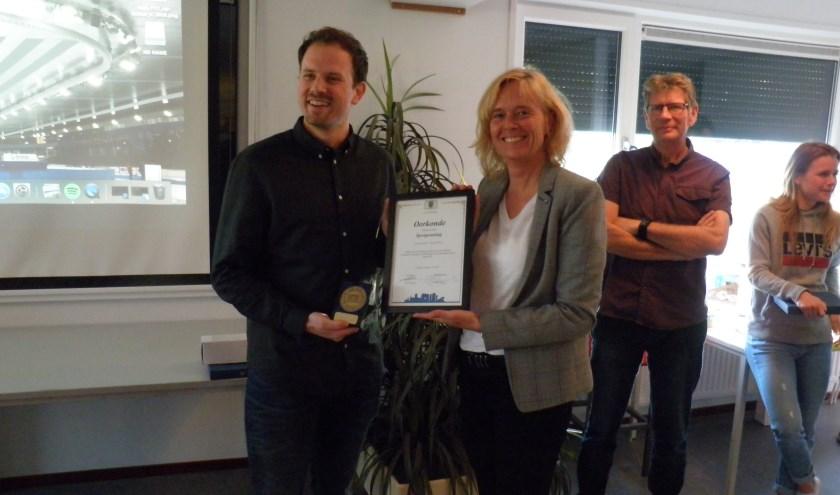 Wethouder Ingeborg ter Laak overhandigt de sportpenning aan Freek van der Wart. Rechts Lex van Tol en Yara van Kerkhof. Foto Kees van Rongen