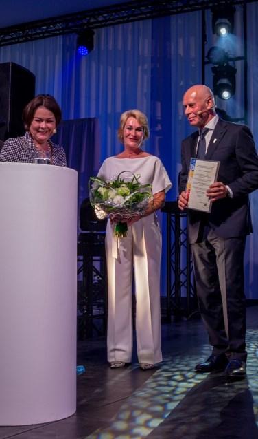 Louis Vosters en zijn vrouw worden gehuldigd door burgemeester Arina Callewaert