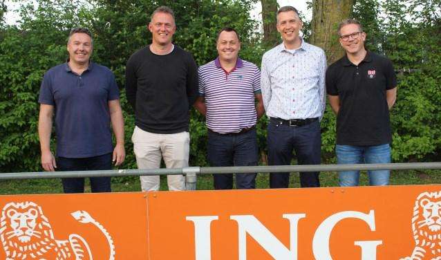 Ronald Blonk (tweede van links) gflankeerd door het bestuur van Groote Lindt